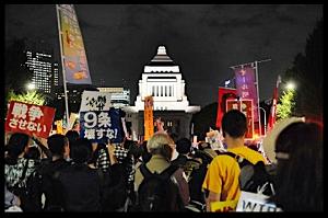 「桜田門、決壊!」 など、デモの様相さまざま